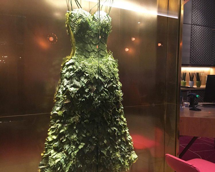 Das Kleid aus Blättern zieht die Blicke auf sich