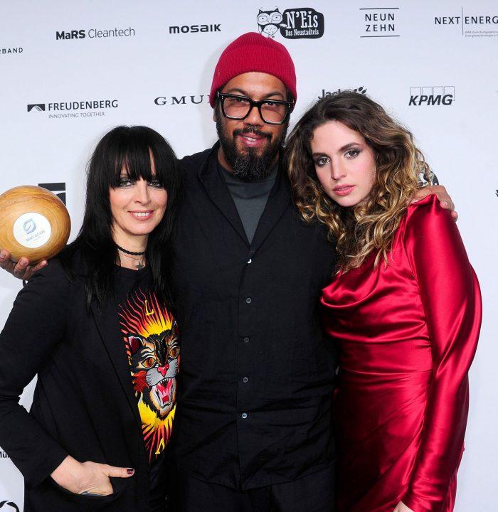 Wortreiches Trio: Die Laudatoren Nena und Larissa mit Preisträger Samy Deluxe (c) GreenTec Awards