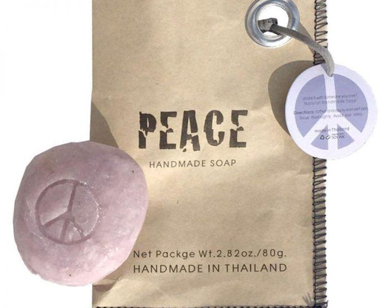 Handgemachte Seife Peace, um 6,95 €. Erhältlich über Plan Shop