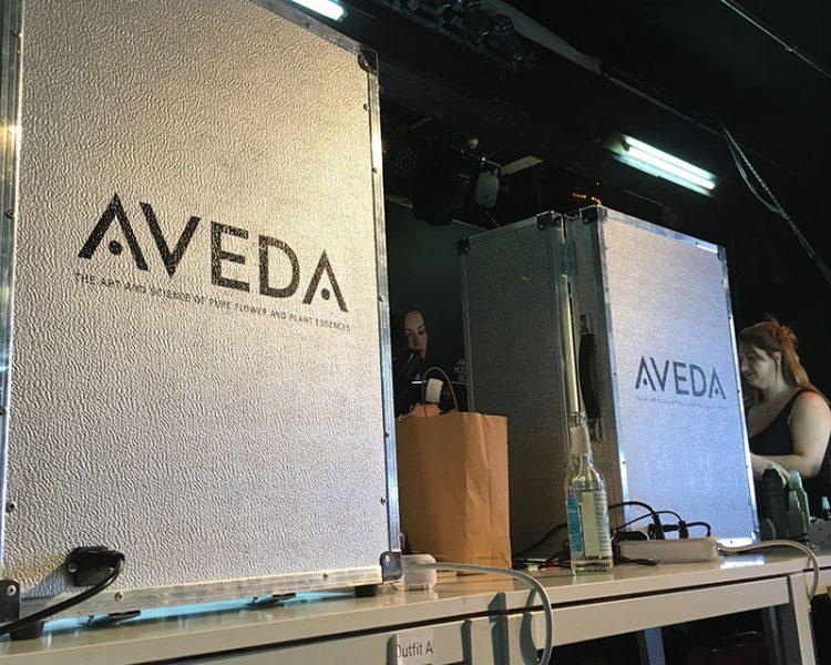 Hier sind die Hair- und Make-up-Profis von Aveda am Werk