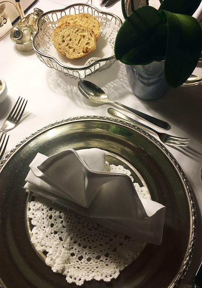 Liebevoll eingedeckte Tische sorgen für einen elegant-entspannten Rahmen.