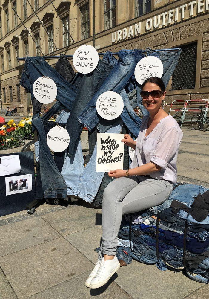 Kreise geschnitten, Texte draufgepinselt und jede Menge Jeans aufgespannt - jetzt darf man aber auch zufrieden posieren und fragen