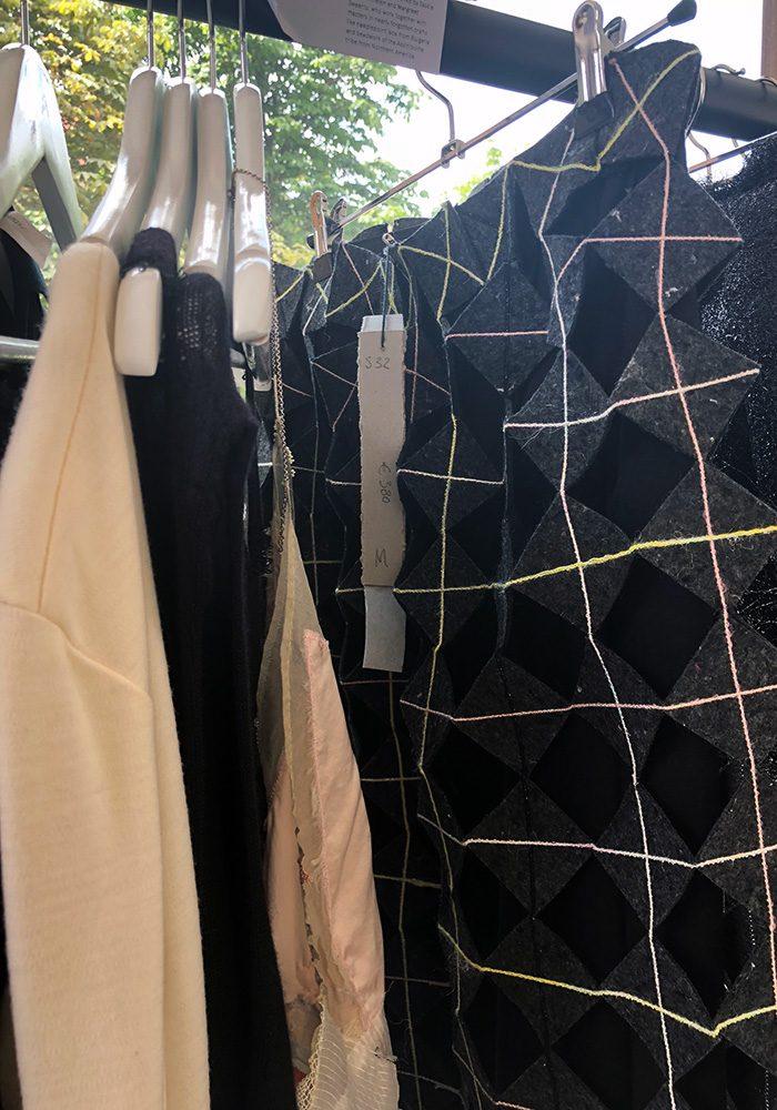 Wenn waste zur textilen Kunst wird. Hellen van Rees entwickelt ihre Stoffe selber