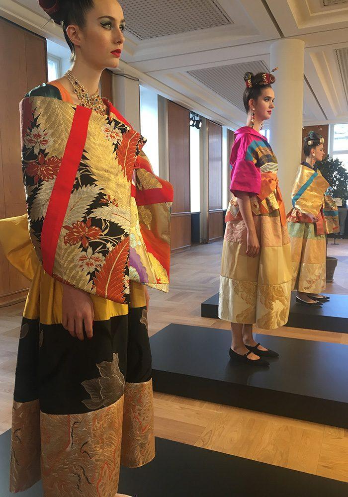 Im Berliner Salon zeigten Rianna Nektaria und Nina Kuhn in einer Live-Installation Einzelstücke, während sie beim VOGUE Salon setzten die beiden Kreativen auf Trachten-inspirierte Looks.