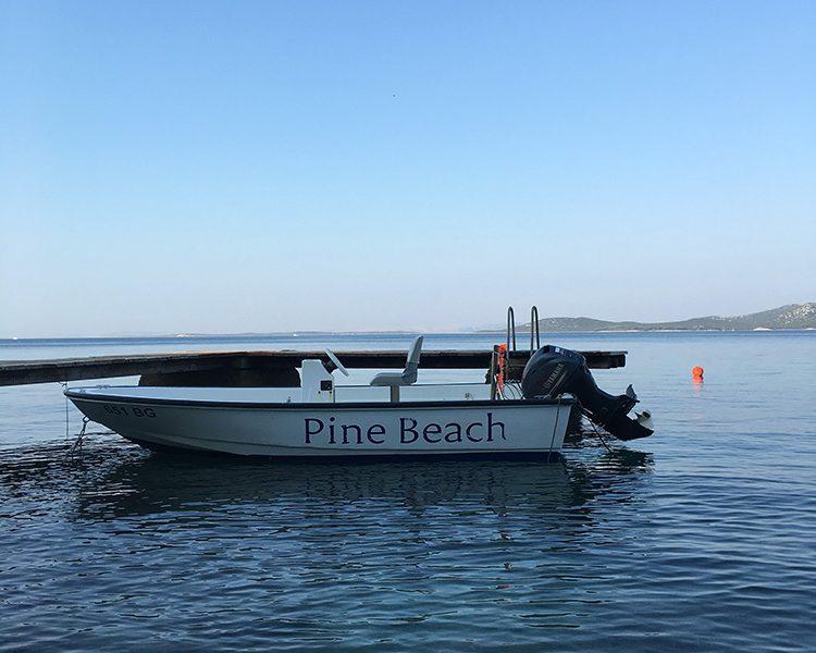 Auch ein Motorboot gehört zur Pine Beach Flotte