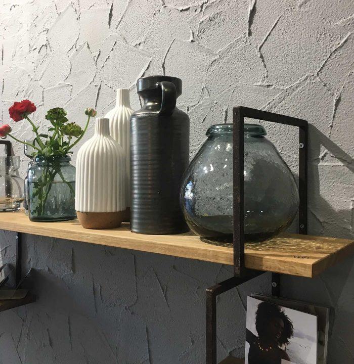 Perfekt inszeniert - die schön-schlichten Regale aus der Holzmanufaktur Anton Doll mit den herrlich cleanen skandinavischen Vasen