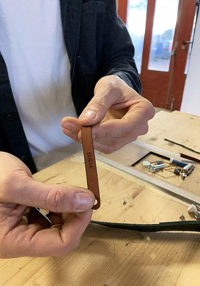 Der Lederriegel, der als Schließe verwendet wird, wird ebenfalls Lasergeschnitten.