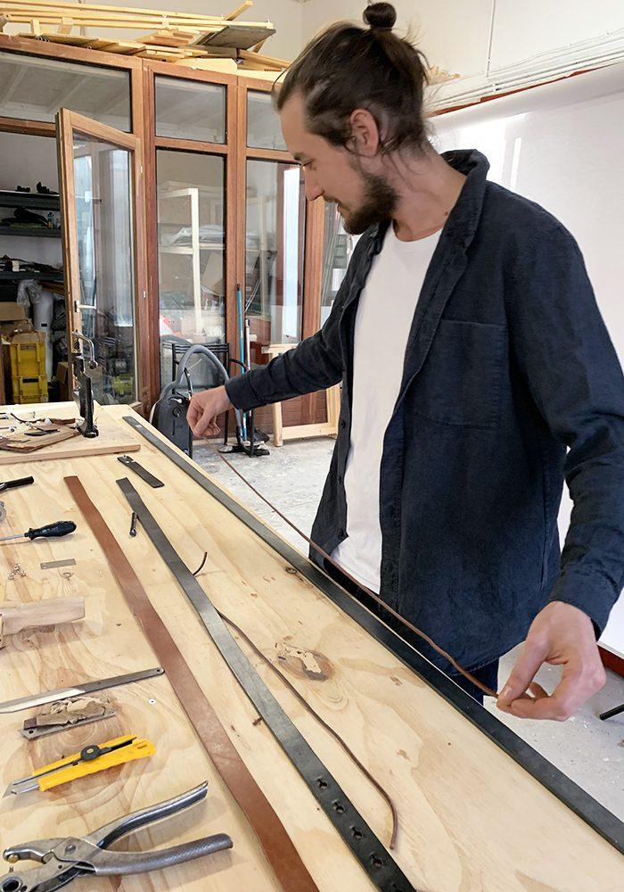 Mit einem Lederband wird die Länge vom Mittelloch bis zum Schließmechanismus gemessen.