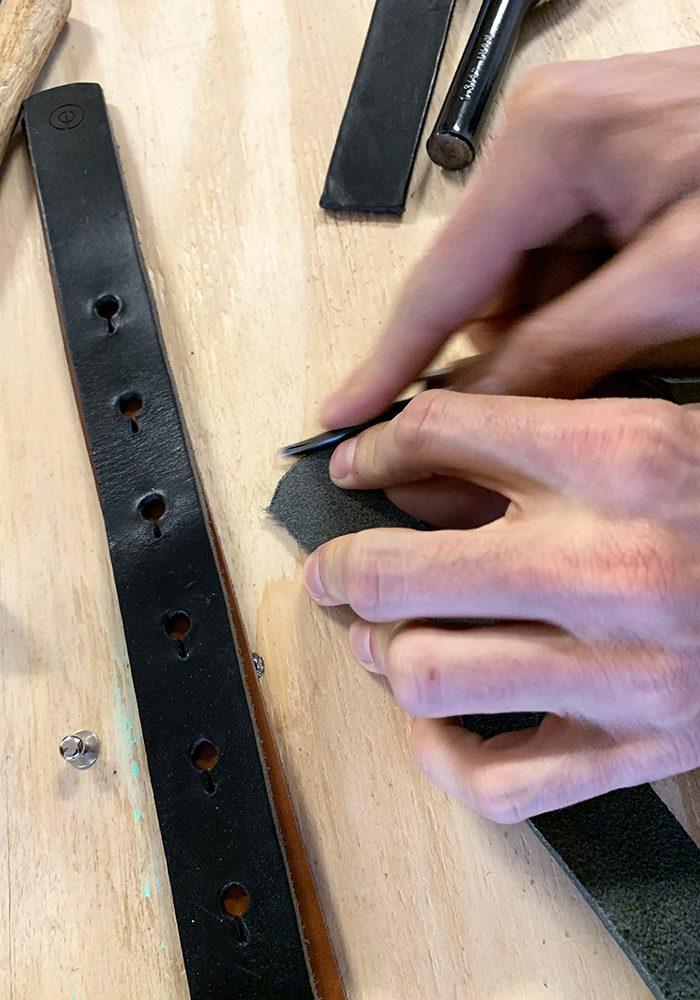 Die Rundung am Gürtelende wird mit dem Schlageisen definiert, in Form gebracht und anschließend gesäubert.