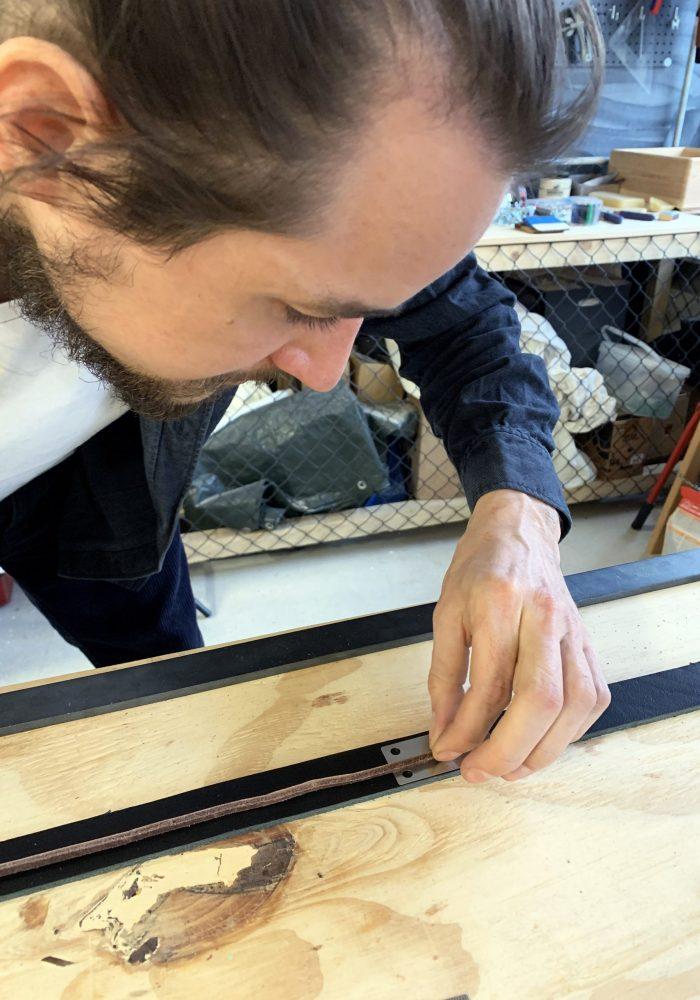 Wasserstrahl geschnittene Federstahlelemente, geben dem Gürtel Stabilität an der Stelle, an der der Dorn sitzt.