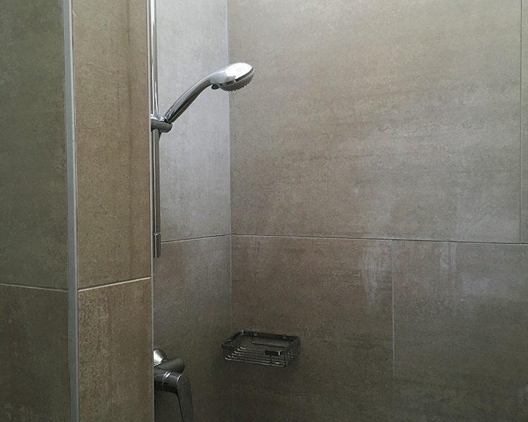 Komplett renoviert: Dusche in einem der Sanitäreinrichtungen