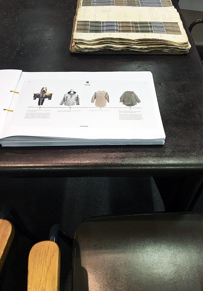 Für jedes neue Kleidungsstück geht eine lange Recherche voraus, die in diesem Buch festgehalten wird.