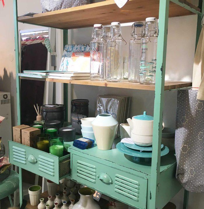 Auch Trinkflaschen und Geschirr warten im DearGoods