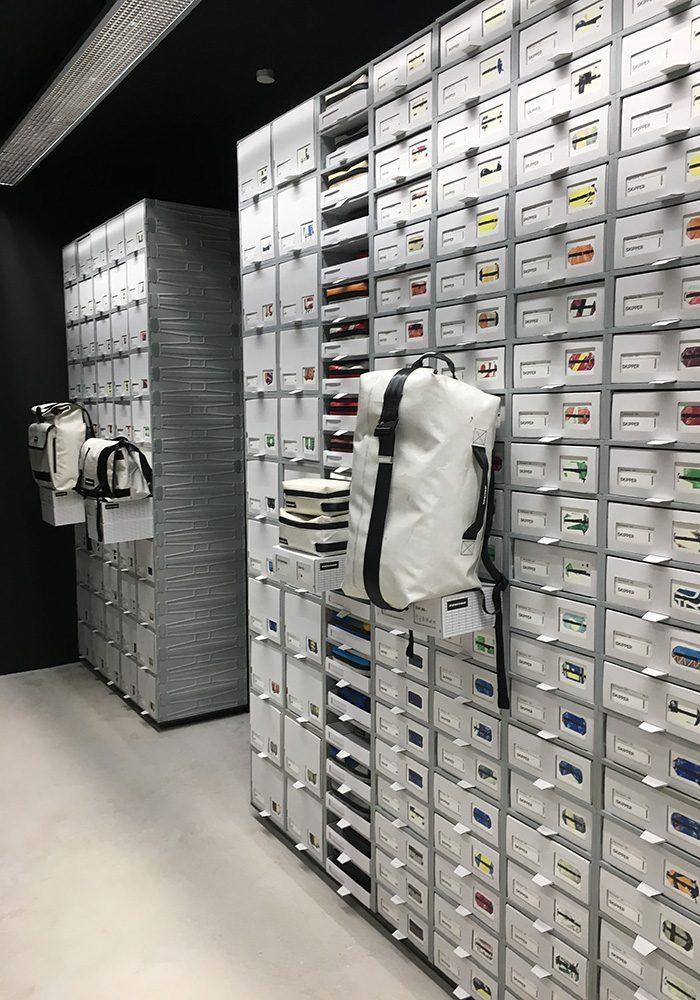 Von klein bis groß, von uni bis bunt - im Münchner Store findet man den gesamten FREITAG-Kosmos