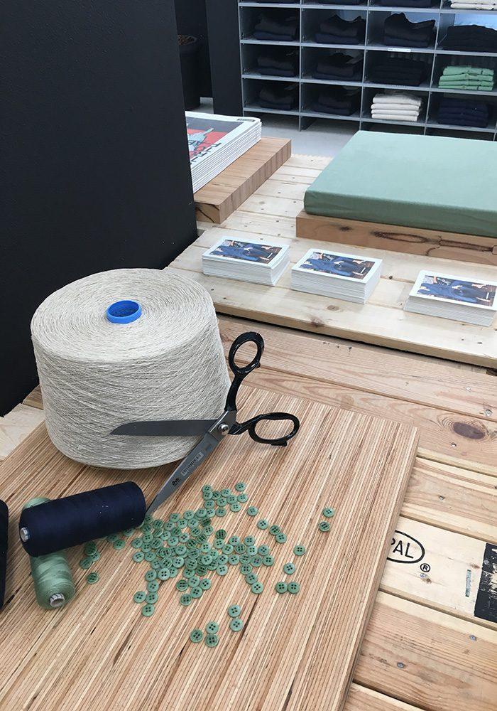 Nadel, Fasern und die smarten, abbaubaren Knöpfe aus Steinnusss