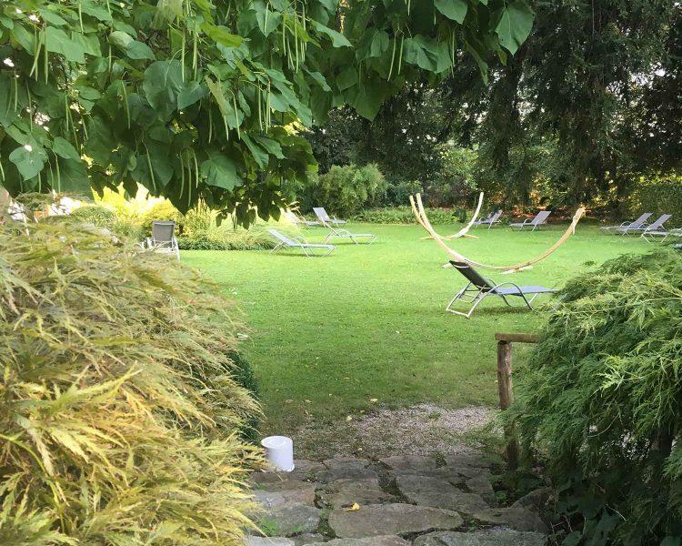 Asiatisch europäische Gartenkultur vor den XL-Glasfronten