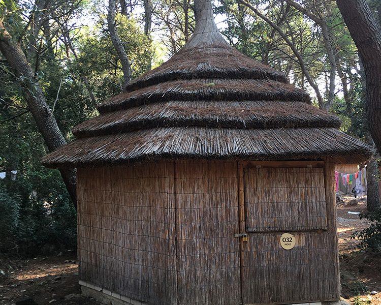 Temporäres Zuhause: In dieser Reet-Hütte haben meine Töchter gewohnt