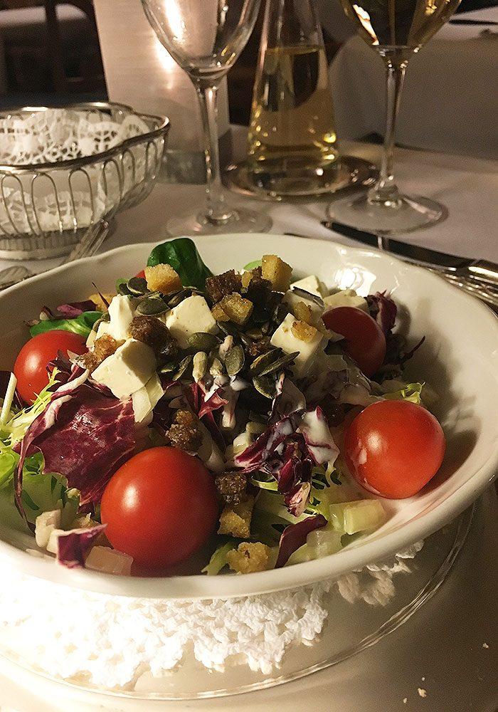 Und Salate. Und davon gibt's am täglichen Salat-Buffet alles was das Herz begehrt.