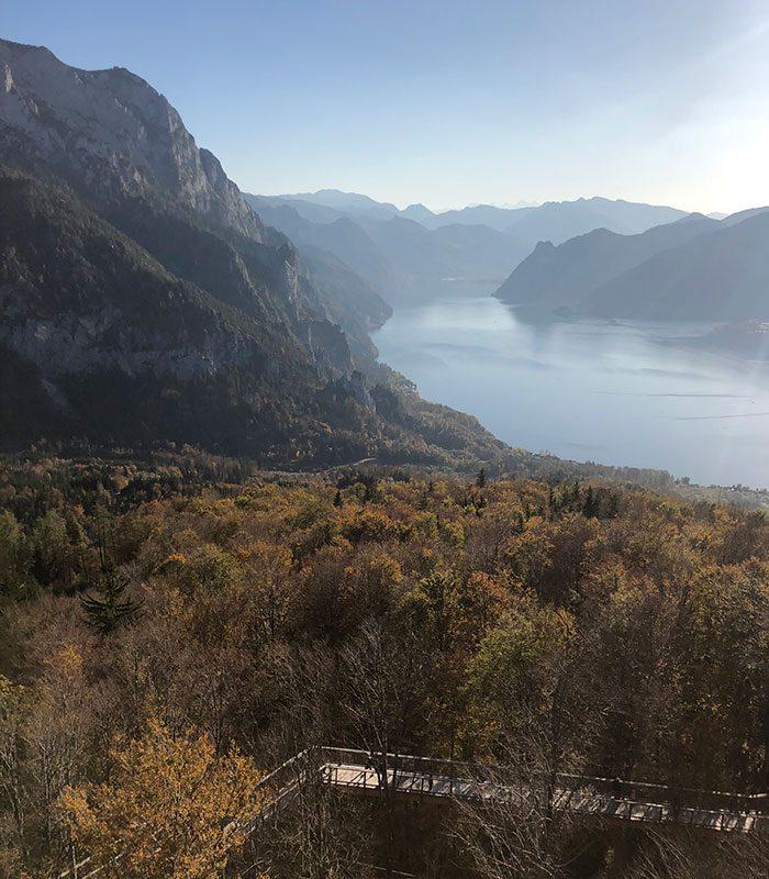 Immer wieder herrlich: der Blick über den Traunsee aufs Dachsteingebirge.