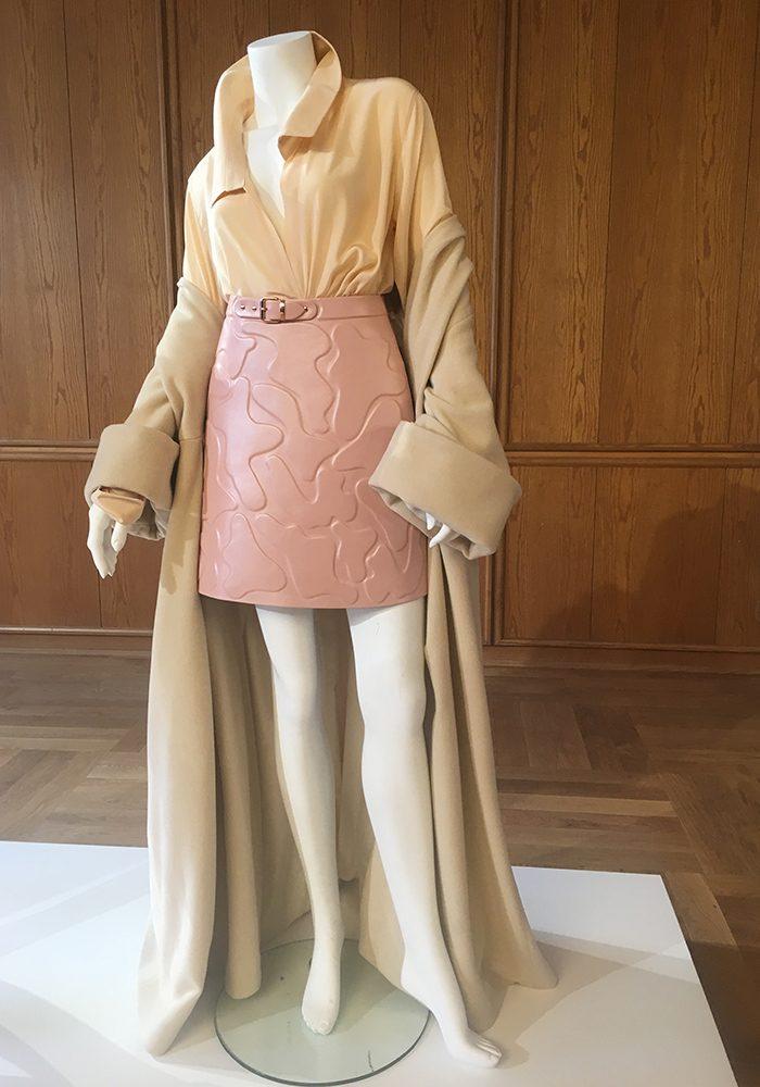 Marina Hoemanseder: Die Österreicherin bleibt auch diesmal ihrem ikonischen Look mit orthopädischen Details in Kombination mit maximal weiblichen Silhouetten treu.