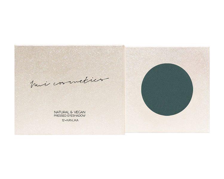 Veganer und 100 Prozent natürliches Eyeshadow, von Nui Cosmetics, um 17,95 Euro. Gut zu wissen: Die Verpackung (aus GMUND Papier) ist #plasticfree und wird in Berlin hergestellt.