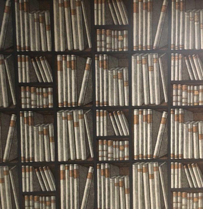 Schicke Idee: Tapete mit Bücher-Print