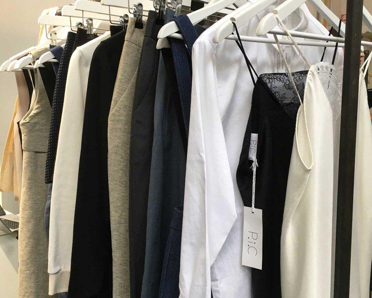 Das Konzept: acht Stücke, die ich prima kombinieren und vielfältig tragen lassen