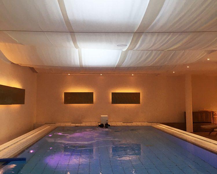 Herrlich: schwerelos schweben im Indoor Salzwasserpool