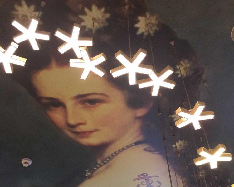 Kaiserin Sissi schwebt über der Lobby - im Mercure Vienna First trifft Tradition auf Moderne