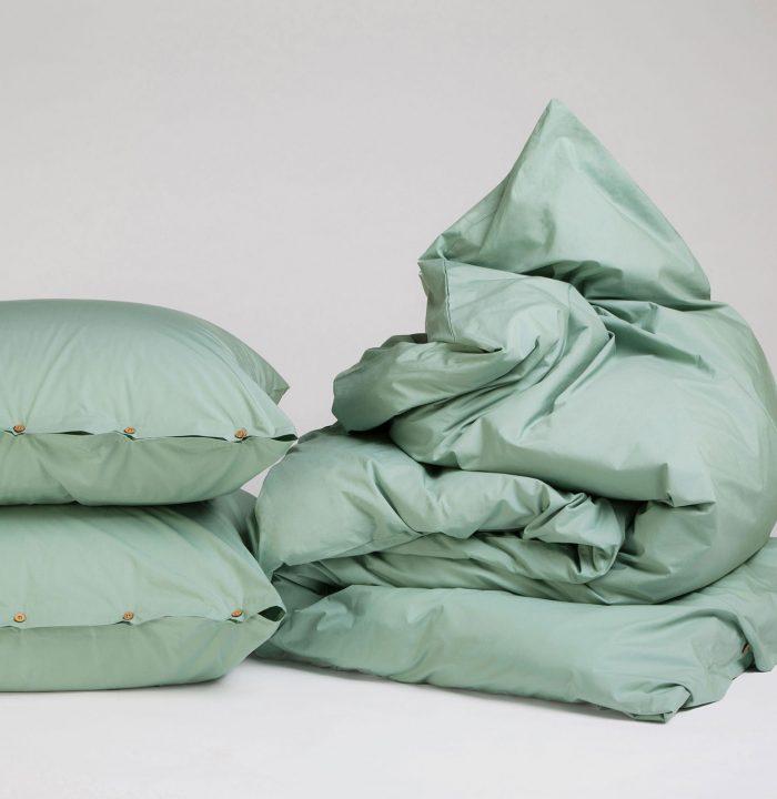 Wellness-Einheit: Einmal reingeschlüpft, nicht mehr aufgestanden. Die herrliche weiche Bettwäsche aus Fairtrade Bio-Baumwolle hat nicht nur einen leichten Glanz – sie lässt auch Eure Augen glänzen. Versprochen! Erhältlich in vielen Farben, aber Jade ist einfach der Hammer! Bettwäsche-Set von Yumeko, um 100 Euro. Über yumeko.de