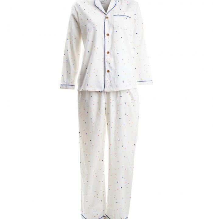 Lieblingsstück: Der zweiteilige Pyjama aus Bio-Baumwolle ist so kuschelig, dass man ihn am liebsten das ganze Wochenende lang tragen möchte. Warum auch nicht? Pyjama-Looks sind ja schließlich gerade maximal en vogue. Pyjama von Alas, um 120 Euro. Über glore.de